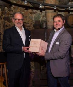 David Angst, Jurypräsident und Redaktionsleiter der Thurgauer Zeitung (rechts), ehrt den Thurgauer des Jahres Hermann Hess. (Bild: Andrea Stalder)