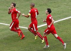 Xherdan Shaqiri (links), Gökhan Inler (Mitte) und Admir Mehmedi bejubeln den zweiten Treffer. (Bild: Keystone)