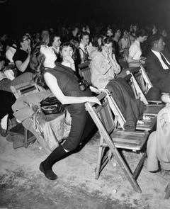 Wo immer Elvis auftrat, entzückte er nicht nur die Teenager (im Bild: Auftritt in der Arena von Philadelphia vom 6. April 1957). (Bild: Keystone)