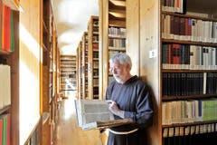 Guardian und Kapuzinerbruder Hans Portmann in der Bibliothek. (Bild: Hanspeter Schiess)