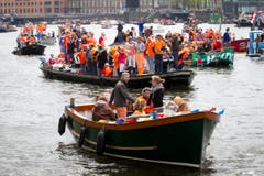 Menschen feiern auf Booten die Inthronisation von König Willem-Alexander. (Bild: Keystone)