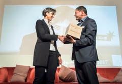David Angst gratuliert Monik Knill und überreicht ihr die Auszeichnung. (Bild: Reto Martin)