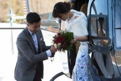 Der Bräutigam hilft seiner Braut aus dem Helikopter. (Bild: Keystone)