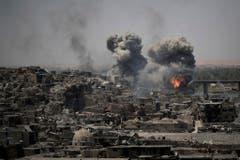 """Luftangriffe in Mosul: Im Juli erklärte der irakische Premierminister den """"totalen Sieg"""" über den islamischen Staat. Die monatelangen Kämpfe haben die Stadt völlig zerstört. (Bild: FELIPE DANA (AP))"""