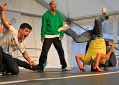 Breakdancer zeigen für Hansjörg Walter ihr Können. (Bild: Reto Martin)