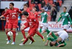 Drei Bieler ziehen mit dem Ball davon - Ivan Martic ist gestolpert und hat das Nachsehen. (Bild: Keystone)