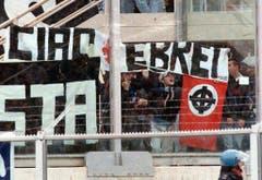 """""""Hallo, Juden"""": Fans von Juventus Turin im Februar 1997 mit einer Botschaft an die Anhänger der Fiorentina. Dazu präsentieren sie auch ein Nazi-Symbol. (Bild: Keystone)"""