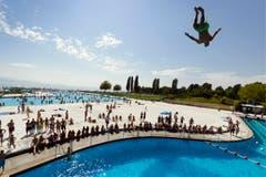 Ein Mann springt ins Wasser im Schwimmbad Bellerive in Lausanne. (Bild: Keystone)