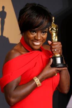 Viola Davis freut sich über den Oscar als Beste Nebendarstellerin im Film «Fences». Davis mischte bereits bei weiteren erfolgreichen Filmen mit wie «The Help» und «Suicide Squad». (Bild: Paul Buck/Keystone)