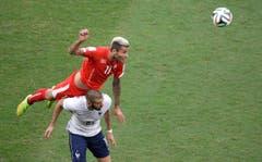 Valon Behrami klärt gegen Karim Benzema. (Bild: Keystone)