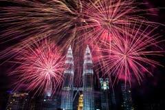 Der nächtliche Himmel über den Petronas-Türmen in Kuala Lumpur ist ob des Feuerwerks hell erleuchtet. (Bild: Keystone)