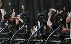 Leute schauen durch den Zaun vor dem Buckingham Palace und schiessen Fotos. (Bild: Keystone)