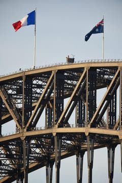 The national flag of France is flown atop Sydney Harbor Bride as a show of solidarity (Bild: Keystone)