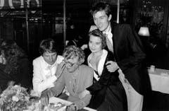 Udo Jürgens feiert seinen 50. Geburtstag im Kreise seiner Angehörigen im Restaurant Kronenhalle in Zürich. V.l.n.r.: Udo Jügens, seine Mutter Käthe Bockelmann-Arp, Tochter Jenny und Sohn Jonny. (Bild: Keystone)