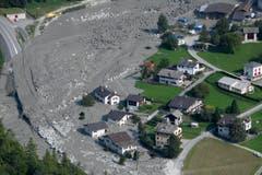 Im August wird das Dorf Bondo in Graubünden nach einem Bergsturz teilweise zugeschüttet. Zahlreiche Bewohner mussten evakuiert werden, mutmasslich acht Menschen kamen ums Leben. Nach Felsabbrüchen und Muren in den Jahren 2011 und 2012 ist der Bergsturz in Bondo 2017 der grösste in Graubünden seit Jahrzehnten. (Bild: GIAN EHRENZELLER (KEYSTONE))
