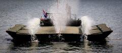 Pontons (verankerte Schwimmkörper) werden in der Nähe des Hafens installiert um den Schiffsverkehr zu stoppen. (Bild: Keystone)
