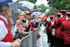 Publikum und Kollegen unterstützen die Musiker aus Chippis auf der Parademusikstrecke. (Bild: Keystone)