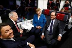 Johann Schneider-Ammann fährt mit Italiens Ministerpräsident Matteo Renzi, der deutschen Bundeskanzlerin Angela Merkel und dem Französischen Präsident Francois Hollande durch das neue Gotthardtunnel. (Bild: KLAUNZER (POOL KEYSTONE))