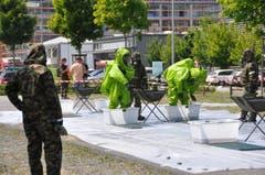 Einsatzkräfte, die mit gefährlichen Chemikalien in Kontakt kamen, werden in drei Schritten gereinigt: Vorwaschen, Dekontaminierung, Nachwaschen. (Bild: Mirja Keller/Werdenberger & Obertoggenburger)
