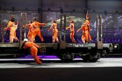 Zahlreiche Schauspieler führen eine Tanzeinlage zur Eröffnung auf. (Bild: Keystone)