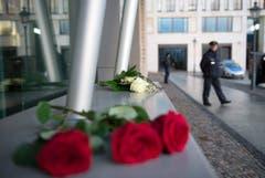 Vor der französischen Botschaft in Berlin haben Menschen Rosen hingelegt. (Bild: Keystone)