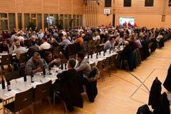 Die Mehrzweckhalle Weitsicht ist gut gefüllt mit 340 anwesenden Männern. Gegessen werden traditionellerweise Salzisse. Frauen sind beim traditionellen Bürgertrunk am Hilarius nicht willkommen. (Bild: Werner Lenzin)