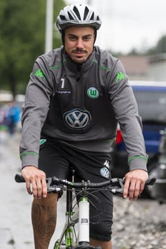 Im Sommer-Trainingslagers des VfL Wolfsburg in Bad Ragaz macht der Torhüter auch auf dem Velo eine gute Figur. (Bild: Keystone)