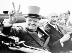 """Das V-Zeichen für """"Victory"""", Sieg, wurde durch ihn populär: Winston Churchill 1946 bei einem Besuch in Metz mit dem französischen Finanzminister Robert Schuman. (Bild: Keystone)"""