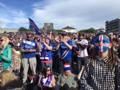 Die isländischen Fans heizen sich beim Public Viewing ein. (Bild: Marion Loher)