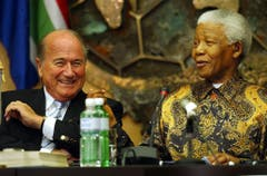 Fifa-Präsident Sepp Blatter und Nelson Mandela (2003). (Bild: Keystone)