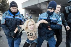 Polizisten nahmen die Frauen mit. (Bild: Keystone)