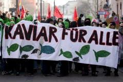 """""""Kaviar für alle"""" fordern die Protestierenden auf einem Banner. (Bild: Keystone)"""