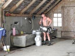 Der 22-jährige Verkäufer Emil aus dem Kanton Schwyz ist auf einem Bauernhof aufgewachsen und lebt auf dem elterlichen Betrieb, wo er diverse Arbeiten erledigt. (Bild: www.bauernkalender.ch)