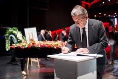 Der Präsident des deutschen Fussballbundes, Wolfgang Niersbach, trägt sich ins Kondolenzbuch ein. (Bild: Keystone)