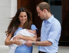 Einen Tag nach der Geburt, am 23. Juli 2013, zeigen William und Kate erstmals ihren Sohn. (Bild: Keystone)