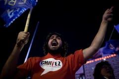 Ein Mann skandiert Parolen nach dem Tod von Hugo Chávez. (Bild: Keystone)