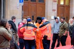 Polizisten kontrollieren einen Vermummten. (Bild: Stefan Bogner)