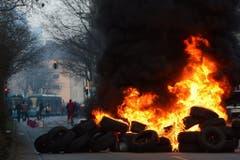Auch Autoreifen wurden in Brand gesetzt. (Bild: Keystone)