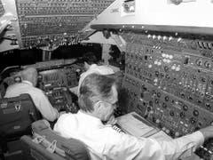 Blick ins Cockpit des letzten Swissair-Jumbos: im Vordergrund Flugingenieur Viktor Huber (Januar 2000). (Bild: Umberto W. Ferrari)