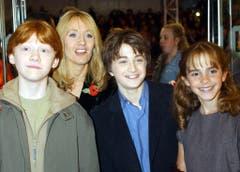 """4. November 2001: Rupert Grint, Daniel Radcliffe und Emma Watson mit der Autorin JK Rowling an der Premiere des Films """"Harry Potter und der Stein der Weisen"""" in London. (Bild: Keystone)"""