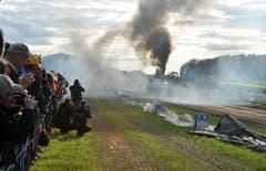 Viel Rauch: Zuschauer und Fotografen schiessen Fotos. (Bild: Nana do Carmo)