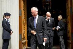 Harald Schmidt und Marc Walder verlassen nach der Abdankungsfeier die Kirche. (Bild: Urs Bucher)