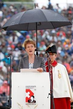 Musste im Regen sprechen: Bundesrätin Simonetta Sommaruga. (Bild: Keystone)