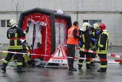 Feuerwehrler beim Dekontaminationszelt. (Bild: Mario Testa)