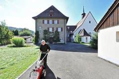 Rasenpflege: Bruder Melchior Schumacher hält das Grün in Schuss. (Bild: Hanspeter Schiess)