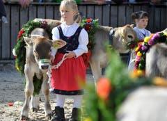 Lea Falk aus St.Gallen wartet mit Lina. (Bild: Keystone)