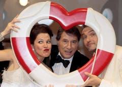 Posieren mit den Musical-Hauptdarstellern Marie Mäkelburg und Jerry Marwig nach der Premiere. (Bild: Keystone)