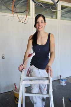 Lisa Schneider - eine Miss auf der Malerleiter. (Bild: Nana do Carmo)