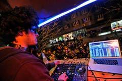 Guerilla-Konzert: Ein DJ beschallt vom Balkon aus die Rheinstrasse. (Bild: Reto Martin)