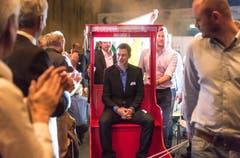 Orientierungsläufer Daniel Hubmann wurde auf einem mobilen Thron in den Saal gefahren. (Bild: Michel Canonica)